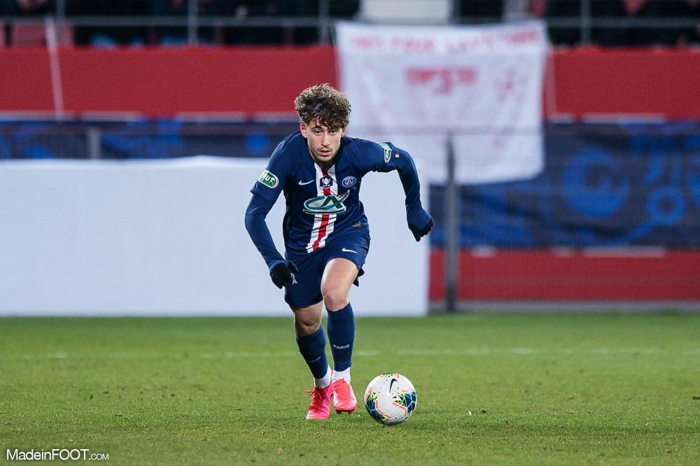 Adil Aouchiche, le jeune milieu de terrain offensif du PSG.