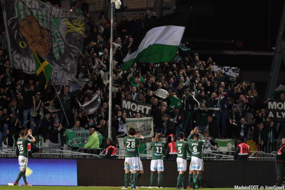 Les joueurs de l'AS Saint-Etienne célébrant une victoire avec leurs supporters